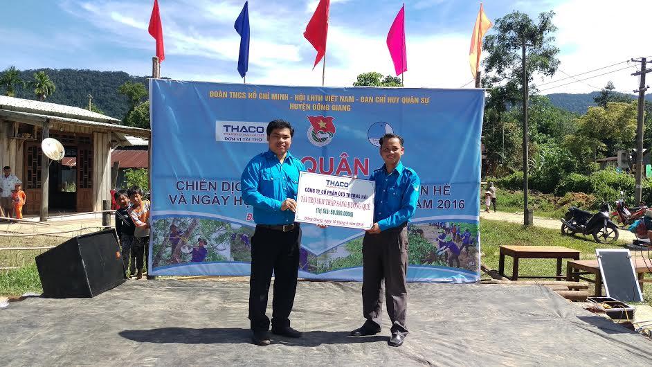 Đoàn cơ sở Thaco Trường Hải trao biển trưng tặng 5km thắp sáng.