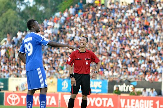 Nụ cười hết cỡ của trọng tài Nguyễn Phương Nam trong trận QNK Quảng Nam - Hoàng Anh Gia Lai mùa giải 2015. Ảnh: T.T.VY