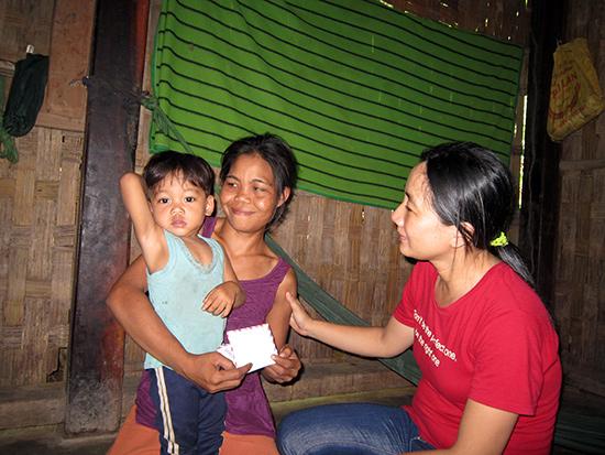 Tác giả (phải) trao quà của bạn đọc Báo Quảng Nam.Ảnh: P.C.A