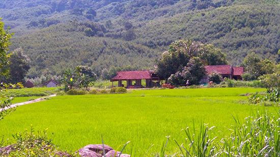 Ngôi làng Lộc Đại nằm giữa thung lũng, nơi ngọn Hòn Tàu án ngữ phía tây đẹp tuyệt mỹ. Ảnh: HOÀNG LIÊN