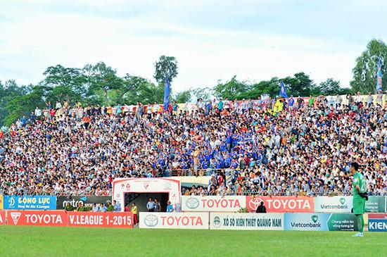 Đội QNK Quảng Nam thi đấu ở V-League được 3 mùa giải nhưng CLB Bóng đá QNK Quảng Nam vẫn chưa đáp ứng tiêu chí chuyên nghiệp. Ảnh: T.VY