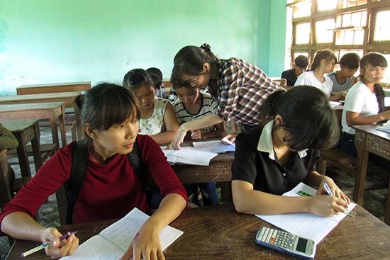 Giờ phụ đạo môn Toán ở Trường THPT Dân tộc nội trú Nước Oa, Bắc Trà My. Ảnh: Minh Nhật