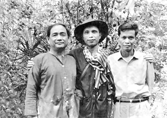 Nhà văn Nguyễn Văn Bổng thời kỳ ở chiến trường miền Nam. Từ trái sang: Nhạc sĩ Lưu Hữu Phước, nhà văn Nguyễn Văn Bổng và nhà văn Lý Văn Sâm.