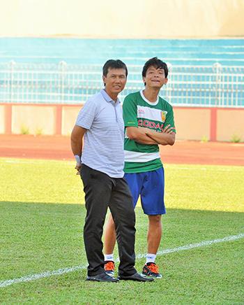 Nụ cười Trần Công Minh (trái) trên sân Tam Kỳ.