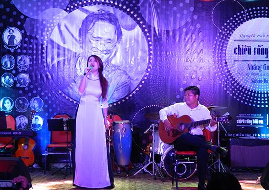 Ca sĩ Phương Trang và guitarist Bùi Thiên An tại đêm diễn.