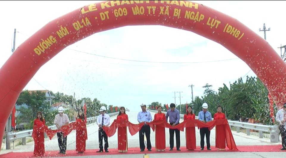 Chủ tịch UBND tỉnh Đinh Văn Thu tham gia cắt băng khánh thành công trình. Ảnh: V.M