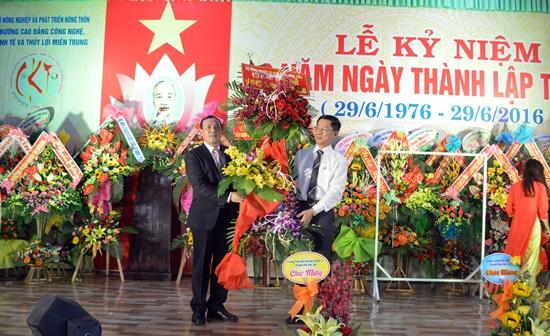 Đại diện Bộ NN&PTNT tặng hoa chúc mừng nhà trường