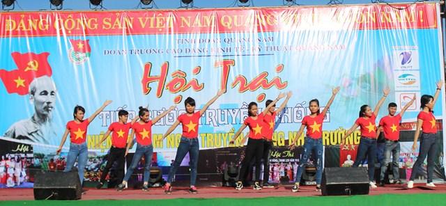 Hội trại Tiếp lửa truyền thống kỷ niệm 45 năm thành lập Trường Cao đẳng Kinh tế - Kỹ thuật Quảng Nam. Ảnh: MỸ LINH