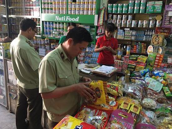 Lực lượng QLTT Quảng Nam kiểm soát mặt hàng thực phẩm.