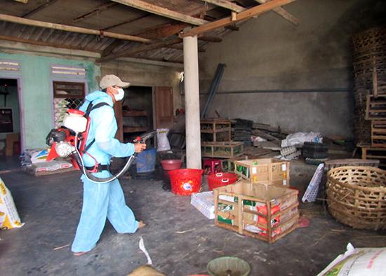Phun hóa chất tại nhà người dân xã Tam Xuân 1 (Núi Thành)