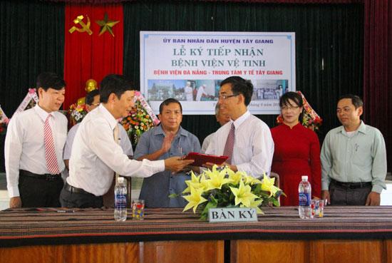 Đại diện lãnh đạo Bệnh viện Đà Nẵng và Trung tâm Y tế Tây Giang ký kết thỏa thuận hợp tác tại lễ tiếp nhận bệnh viện vệ tinh. Ảnh: ALĂNG NGƯỚC