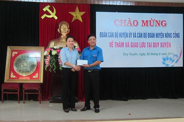 Huyện đoàn Nông Cống trao tặng 15 triệu đồng cho chương trình thắp sáng ước mơ tuổi trẻ Duy Xuyên . Ảnh: MỸ LINH