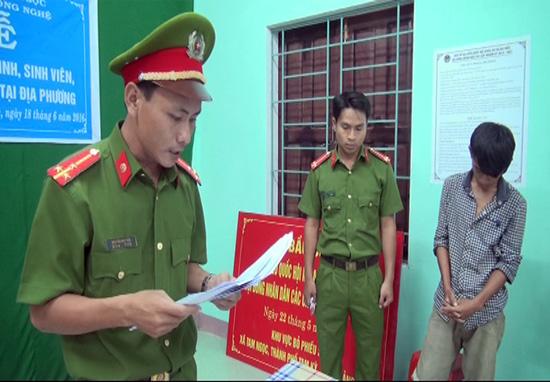 Cơ quan công an đọc lệnh bắt Nguyễn Quốc Vương.