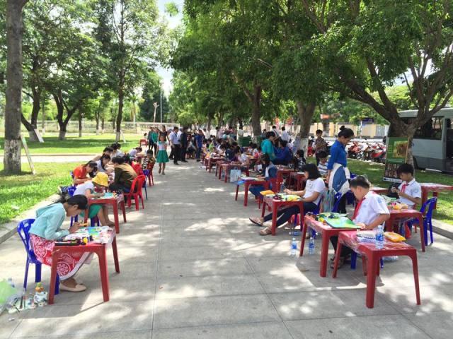 Hơn 100 em học sinh tham gia liên hoa vẽ tranh Rừng xanh ước mơ. Ảnh: ANH TÍN