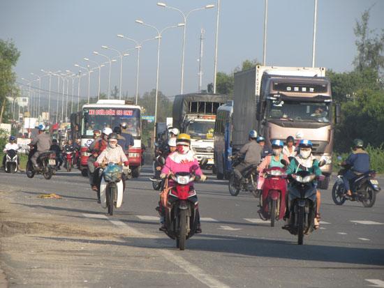 Xe cộ chen nhau vào giờ cao điểm ở đoạn đường từ Cảng hậu cần Tam Hiệp đến Khu phức hợp ô tô Chu Lai - Trường Hải.