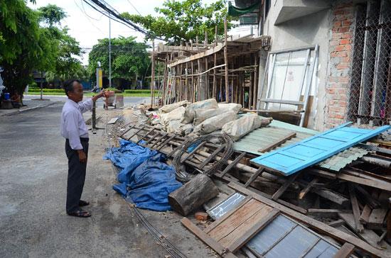 Ông Lê Sỹ Ngữ chỉ vào diện tích mà UBND TP.Tam Kỳ đã khai thác đất lẻ bán cho hộ ông Nguyễn Tây đang xây dựng nhà ở. Ảnh: T.H