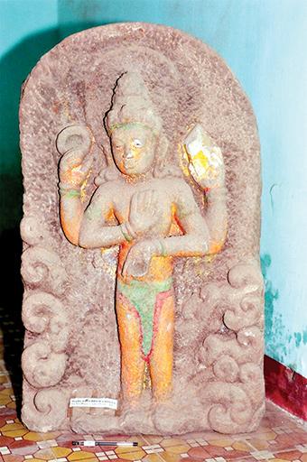 Phù điêu Visnu Narayana/Visnu-Tại-Thế Phú Gia-Quế Phước, cao 88cm, thế kỷ 7-8, sa thạch tím. Hiện bảo quản tại Phòng Văn hóa thông tin huyện Quế Sơn. Ảnh: Nguyễn Thượng Hỷ