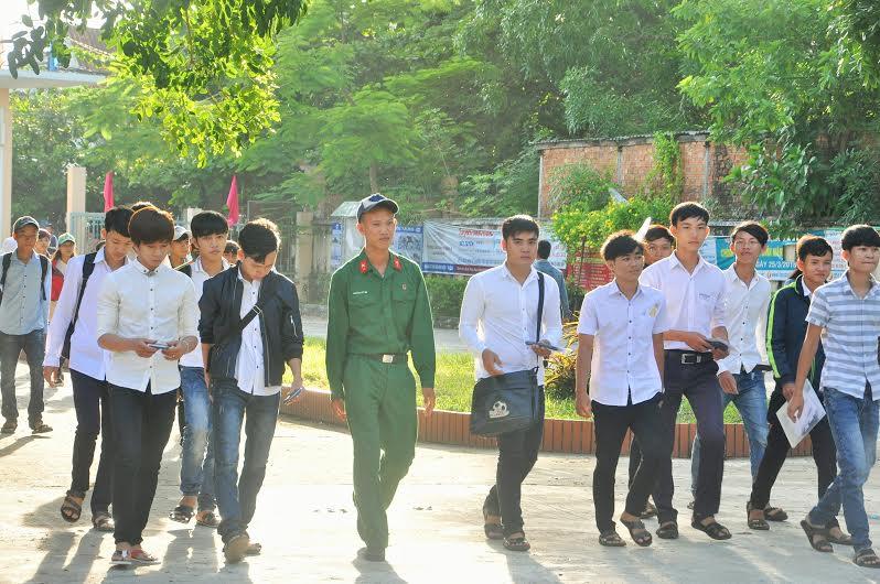 Sau lễ khai mạc, nhiều TS đi trễ tại điểm thi Trường THPT Lê Quý Đôn mới được cho vào