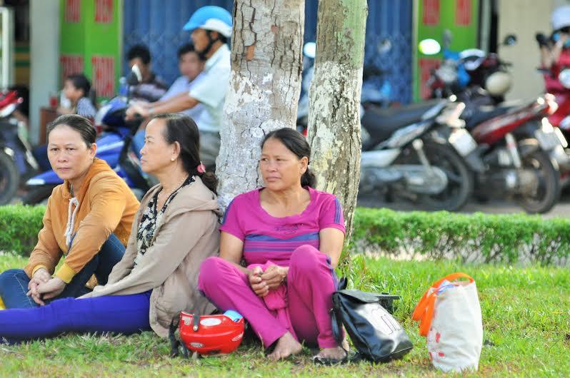 Phụ huynh ngồi chờ TS dự thi trước cổng Trường Đại học Quảng Nam