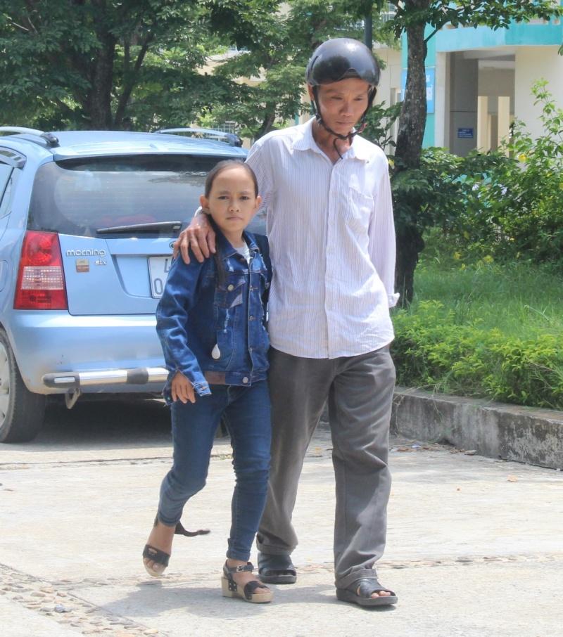 """Thí sinh """"tí hon"""" Nguyễn Thị Tuyền và bố. Ảnh: V.A"""