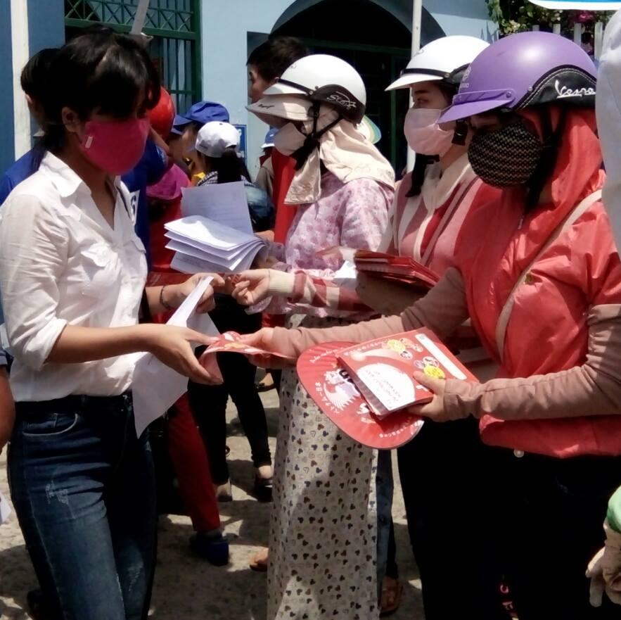 Nhân viên phát tờ rơi ngay tại cổng trường Đại học Quảng Nam. Ảnh: C.N