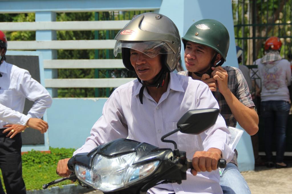 Những chuyến xe của phụ bố mẹ đưa đón các con đi thi, khiến nhiều người ví von rằng, họ là những đội quân