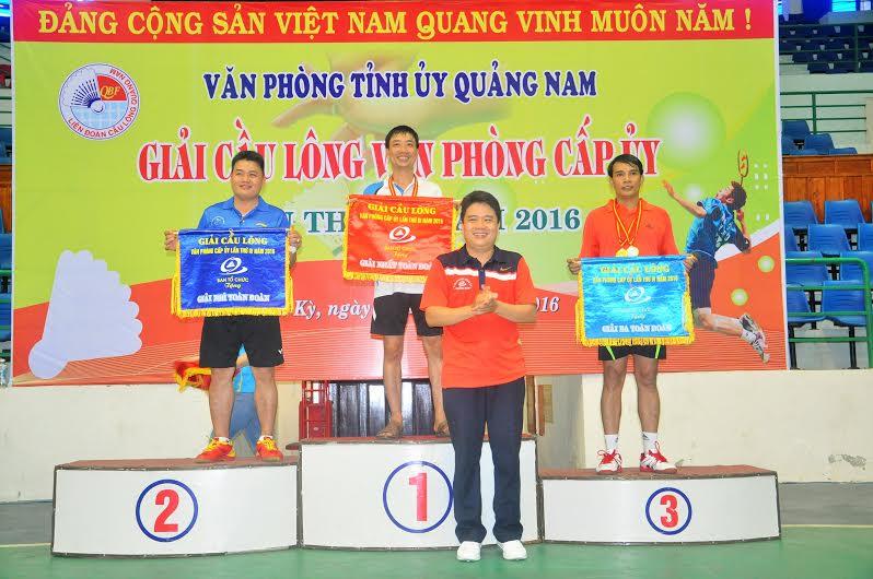 Chánh Văn phòng Tỉnh ủy Trần Văn Tân trao cờ toàn đoàn cho các đơn vị