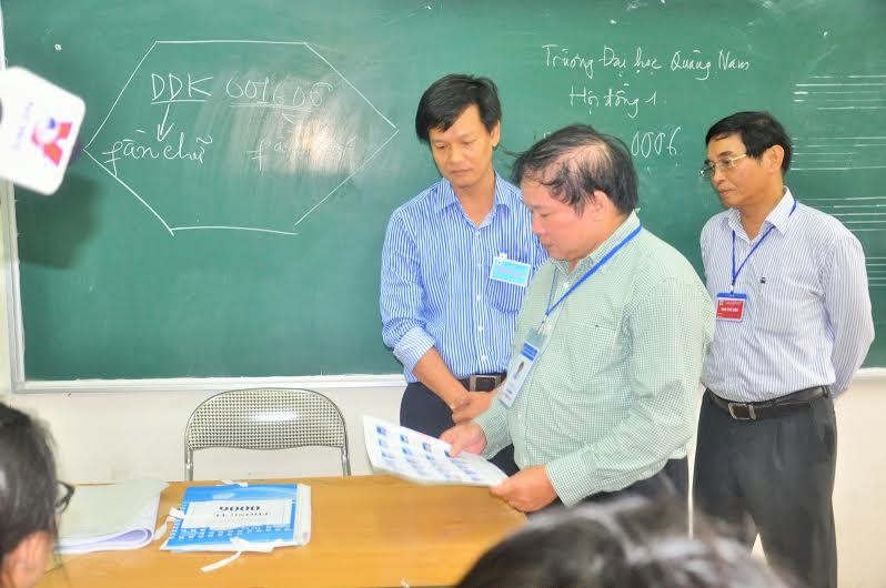 Thứ trưởng Bộ GD-ĐT Bùi Văn Ga kiểm tra việc xác lập hồ sơ ở phòng thi