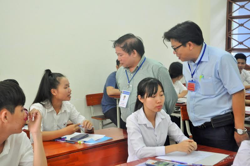 Thứ trưởng Bùi Văn Ga thăm hỏi, động viên các TS làm bài tốt