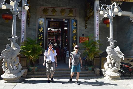 """Khách Trung Quốc được xem là khá """"ồn ào"""" dù có đến tham quan chốn trang nghiêm."""