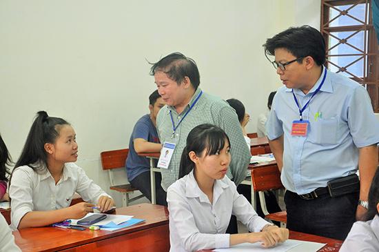Thứ trưởng Bộ GD-ĐT Bùi Văn Ga (bên trái) thăm hỏi TS tại điểm thi Trường Đại học Quảng Nam. Ảnh: X.PHÚ