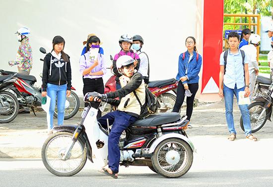 Thí sinh Nguyễn Văn Duyên trên đường đến trường thi.