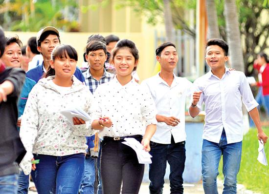 Nét mặt rạng ngời của thí sinh tại điểm thi Trường Cao đẳng Kinh tế - kỹ thuật Quảng Nam sau buổi thi. Ảnh: X.PHÚ