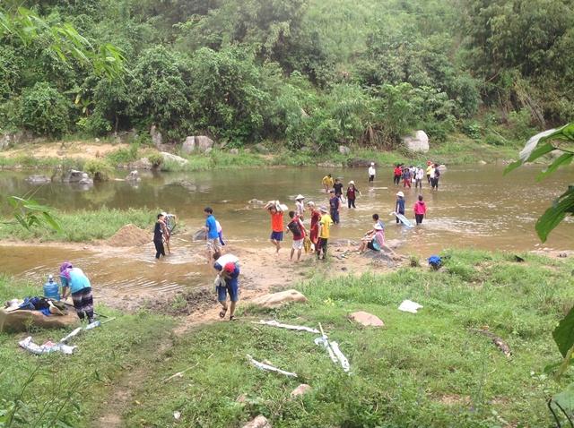 Sinh viên các trường Đại học Đà Nẵng tham gia chiến dịch tình nguyện hè tại Nam Giang. Ảnh: MỸ LINH