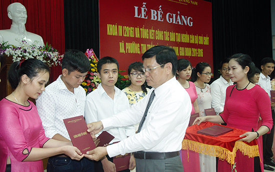 Lãnh đạo Trường Chính trị tỉnh trao chứng nhận tốt nghiệp cho học viên khóa IV - Đề án 500. Ảnh:  HÀN GIANG