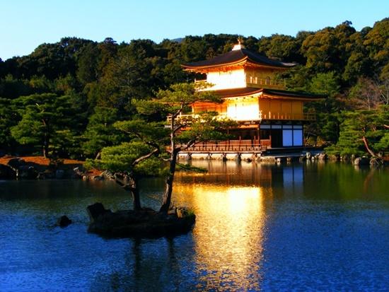 Chùa Vàng Kyoto với sắc màu lung linh khi hoàng hôn buông xuống