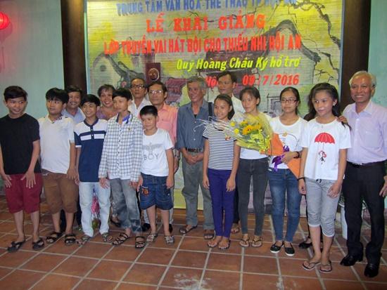 Chụp ảnh lưu niệm với học viên của lớp học