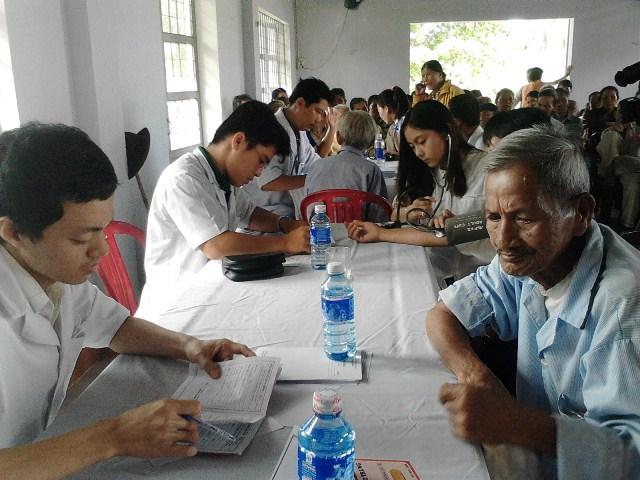 Khám bênh, cấp phát thuốc miễn phí cho nhân dân xã Bình Sơn. Ảnh: MỸ LINH
