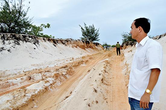 Tận thu cát trắng trái phép ở rừng phòng hộ Pacsa qua địa bàn xã Tam Thăng (TP.Tam Kỳ).Ảnh: TRẦN HỮU