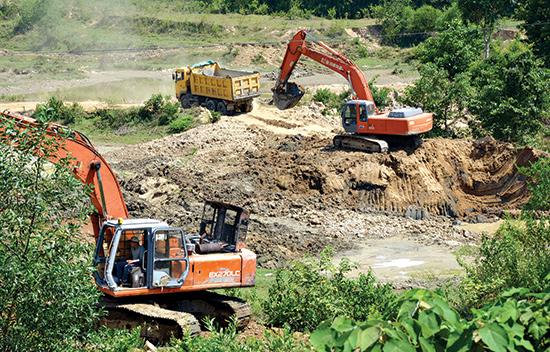Tận thu đất sét sát chân cầu Hố Lấm (thôn Hòa Hữu Tây, xã Đại Hồng, Đại Lộc) vào năm 2015.Ảnh: TRẦN HỮU