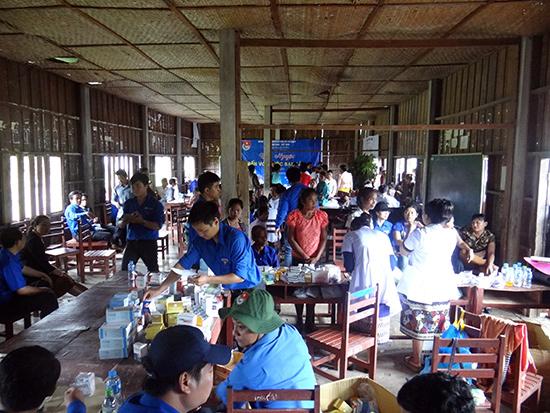 """""""Bệnh viện"""" dã chiến của đoàn thanh niên tình nguyện Quảng Nam đóng ở ngôi trường nhỏ trong bản Kasangkang."""