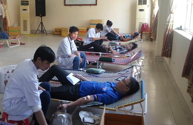 ĐV-TN tham gia hiến máu tình nguyện. Ảnh: MỸ LINH