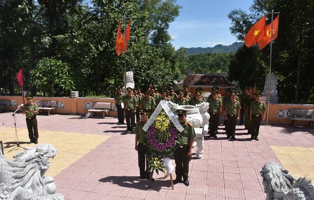 Cán bộ, chiến sỹ Công an tỉnh viếng hương tại Khu di tích An ninh Khu V, xã Trà Tân. Ảnh: VĂN THẮNG