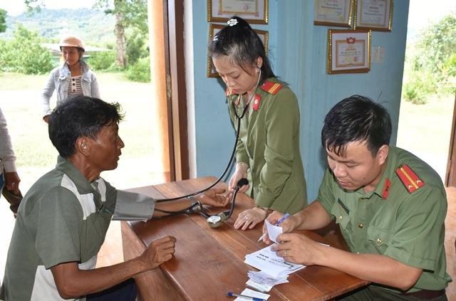 Khám bệnh, cấp phát thuốc cho nhân dân xã Trà Đốc. Ảnh: VĂN THẮNG