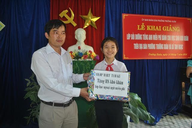 Học sinh của lớp tiếm nhận quà do Co.op Mart Tam Kỳ tặng. Ảnh: L.T