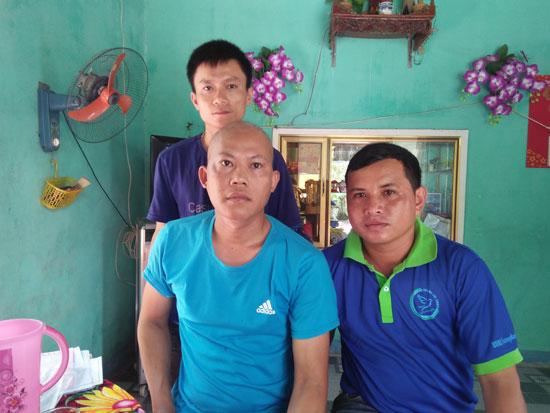 Gia đình anh Thắng (người bên trái) rất cần sự sẻ chia của các nhà hảo tâm. Ảnh: M.L