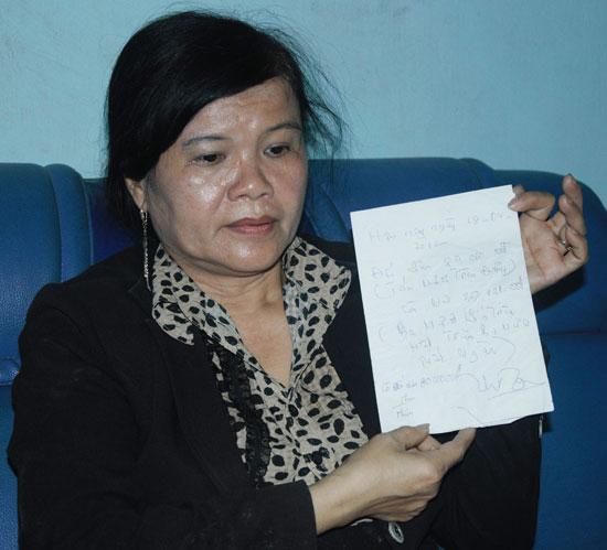 Bà Võ Thị Đến trưng tờ giấy viết tay ghi ngày 18.4.2012 với nội dung: Đến nhận 80 triệu đồng còn nợ 39,131 triệu đồng cùng với chữ ký của người làm chứng. Ảnh: H.G