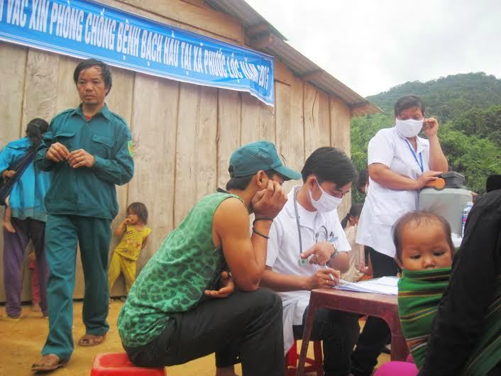 Tiêm vắc xin bạch hầu tại xã Phước Lộc (Phước Sơn, Quảng Nam) vào tháng 7.2015 sau khi xuất hiện ổ dịch bạch hầu tại địa phương này. Ảnh: VĂN HÀO