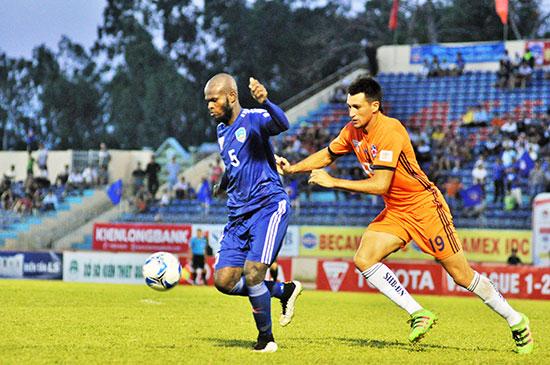 Trung vệ Hoàng Vissai (số 5) thi đấu không đúng phong độ trong 2 trận đấu vừa qua. Ảnh: AN NHI