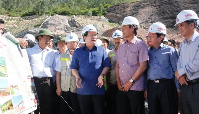 Phó thủ tướng Trịnh Đình Dũng chỉ đạo chủ đầu tư, nhà thầu nỗ lực đảm bảo tiến độ hoàn thành dự án cao tốc Đà Nẵng - Quảng Ngãi.